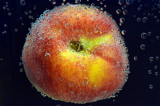 Персик в воде