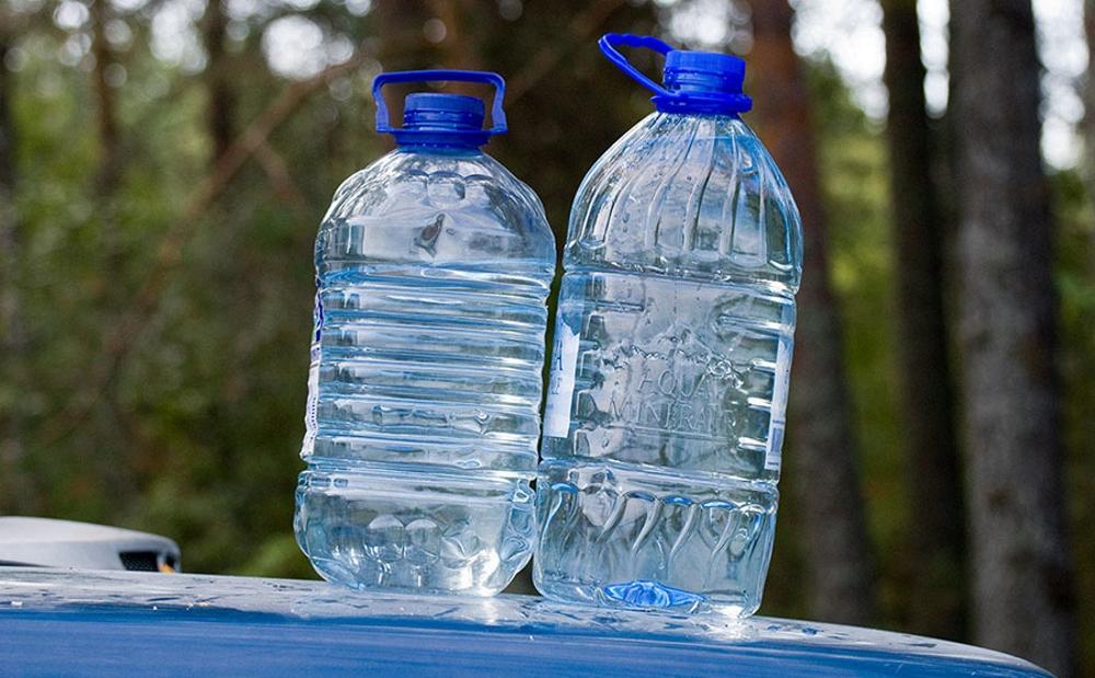 Вода в бутылях из магазина