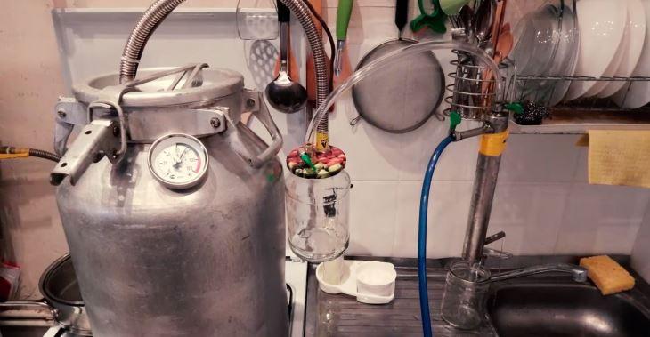 Термометр устанавливают в верхней части бидона