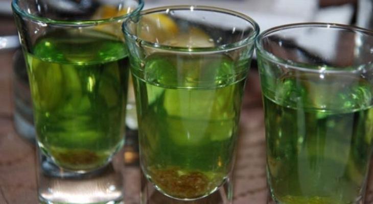 зелёный цвет самогона можно достичь при помощи зелёного чая, крапивы, лайма